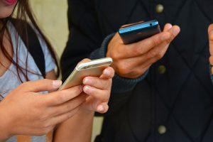 Veille stratégiques sur les réseaux sociaux et partage des informations via smartphone